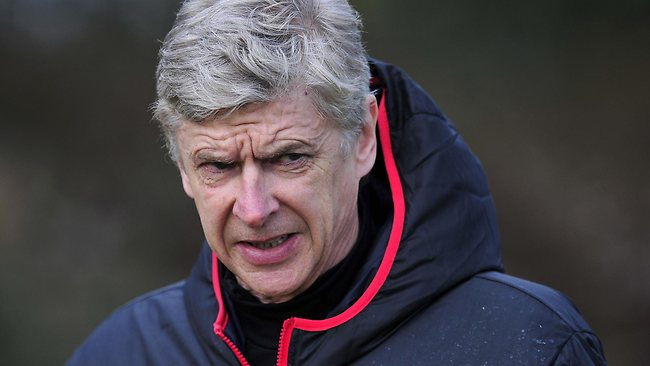 Wenger perde la testa: mani addosso al quarto uomo