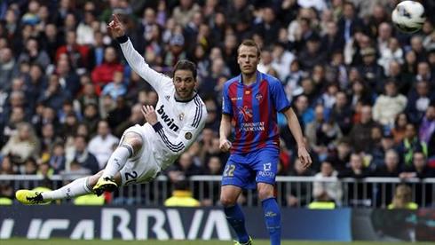 cristiano-ronaldo-654-gonzalo-higuain-stunning-volley-goal-in-real-madrid-vs-levante-in-2013