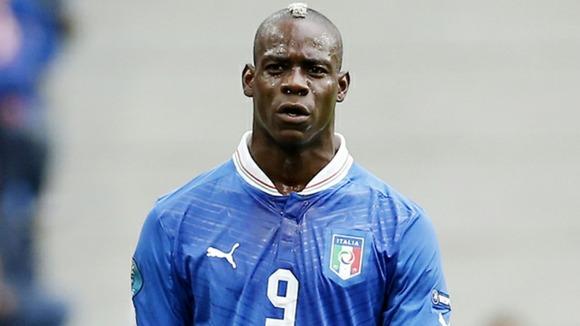 Mario Balotelli in maglia azzurra. L'attaccante del Milan, a sorpresa, non compare tra i 50 giocatori più forti del celebre videogame.