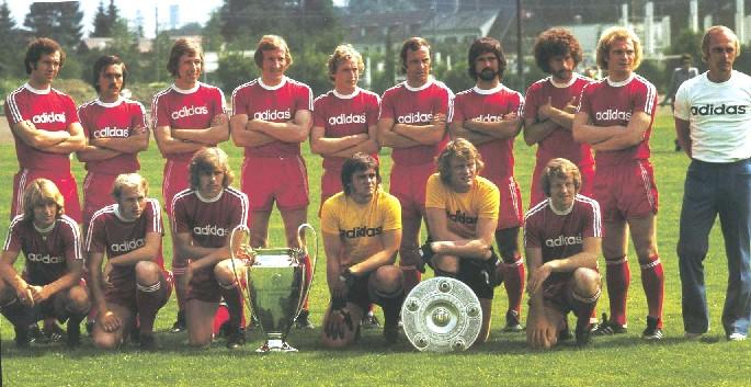 Il Bayern Monaco 1973-74 con i due trofei.