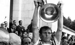 Billy McNeill solleva la coppa dei Campioni al cielo di Lisbona
