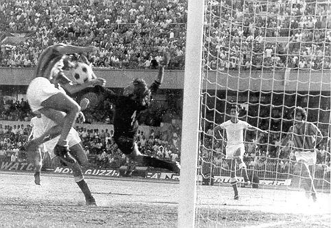Mammì svetta di testa e realizza uno dei gol più importanti della storia del Catanzaro: 1-0 al Bari e giallorossi in Serie A per la prima volta.