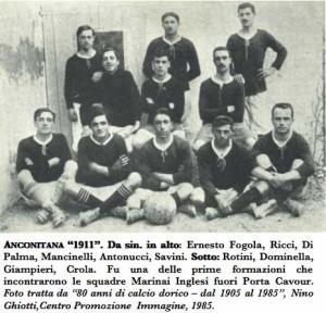 Una delle prime formazioni dell'Ancona con divisa rossa e calzoncini bianchi.