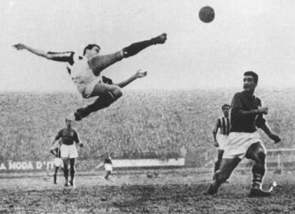 La celebre rovesciata di Carlo Parola, effettuata con la maglia della Juventus. Il campione allenò con successo l'Ancona nella stagione 1956/57.