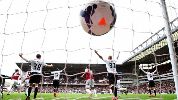 Le proteste del Liverpool sul gol del pareggio.