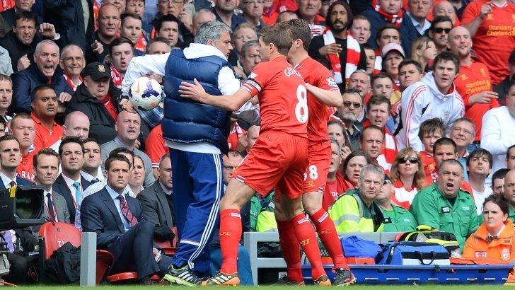 Josè Mourinho mentre cerca di ritardare la ripresa del gioco. Oggi il suo catenaccio è stato decisivo.