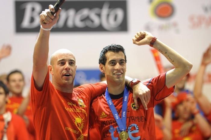 Spain's goalkeeper Pepe Reina (L) and Sp