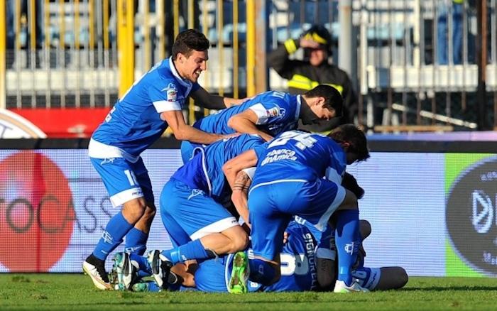 Signorelli sommerso dall'abbraccio dei compagni dopo aver realizzato il 2-0 al Cesena.