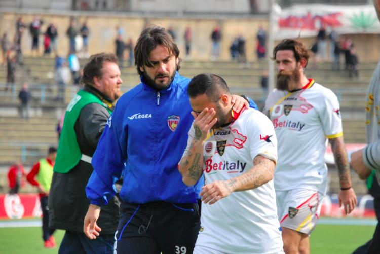 Miccoli esce in lacrime dal San Vito di Cosenza. La sconfitta in terra calabrese compromette la corsa play-off dei salentino. (Foto di Renzo Palermo per StrettoWeb)