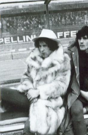 Zigoni senior, non schierato titolare dall'allenatore del Verona Valcareggi, si presenta in panchina con pelliccia e cappello.