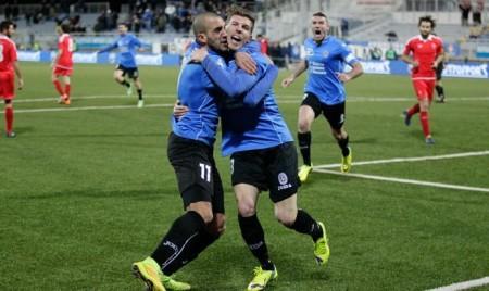 Il tridente stellare del Novara: Gonzalez abbraccia  Corazza dopo un gol e, dietro, capitan Evacuo esulta.