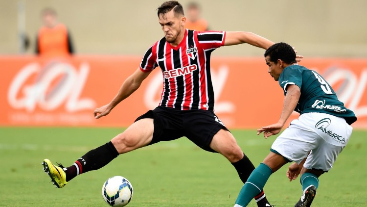 GOIANIA, BRAZIL - JULY 27: of Sao Paulo struggles for the ball with a of Goias during a match between Goias and Sao Paulo as part of Brasileirao Series A 2014 at Serra Dourada Stadium on July 27, 2014 in Goiania, Brazil. (Photo by Buda Mendes/Getty Images)