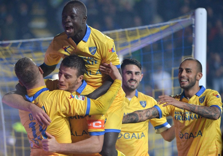 Frosinone Calcio's Daniel Ciofani (2L) celebrates with teammates, after scoring the 1-0 gol, during Italian Serie A soccer match, Frosinone Calcio vs Carpi FC, at the Matusa stadium in Frosinone, Italy, 28 October 2015. ANSA / MAURIZIO BRAMBATTI