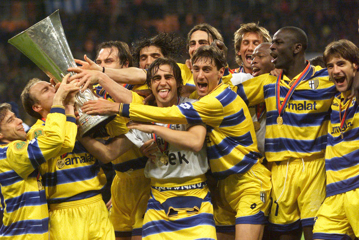 MOS84D:SPORT-SOCCER:MOSCOW,12MAY99 - Parma of Italy players selebrates with the UEFA Cup after they defeated Olimic Marseille in Moscow, May 12. The match ended 3-0. kyl/Photo by Alexander Demianchuk REUTERS