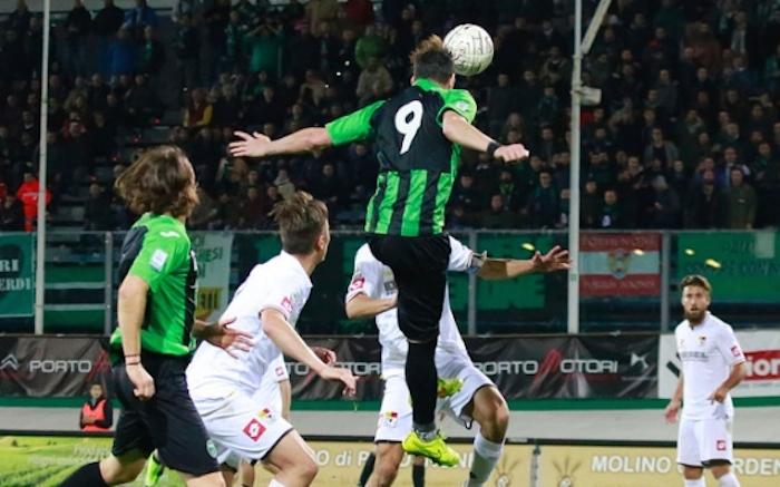Caio De Cenco impatta di testa il pallone del 2-0. Fonte: messageroveneto.geolocal.it.