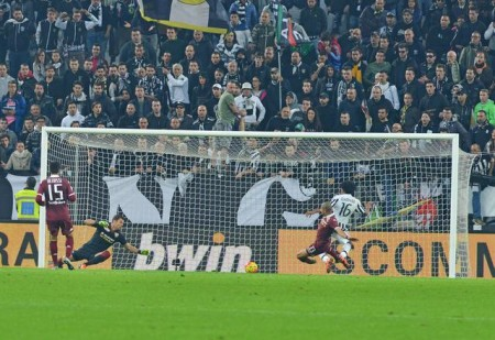 Juventus' forward Juan Cuadrado scores the goal of 1-2 during the Italian Serie A soccer match between Juventus Fc and Torino Fc at Juventus Stadium in Turin, 31 October 2015. ANSA/ ANDREA DI MARCO