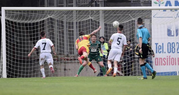Il secondo gol di Marotta (attaccante Benevento) alla Casertana. Fonte: giornaledellirpinia.com.