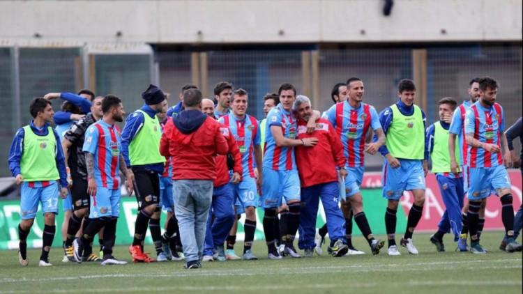 Il Catania esulta dopo il successo nel derby contro il Messina. Fonte: lapresse.it.