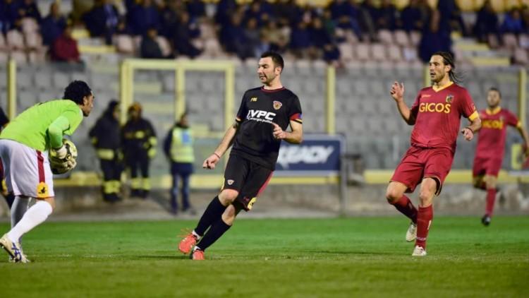 Una fase della sfida tra Catanzaro e Benevento. Fonte: lapresse.it.
