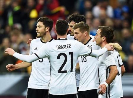 I tedeschi festeggiano dopo il gol di Kroos - Fonte: Twitter @UEFAEURO