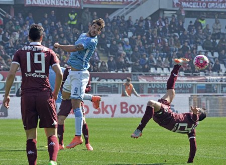 Torino's Giuseppe Vives (R) in action during the Italian Serie A soccer match between Torino and Lazio at Olympic stadium in Turin, Italy, 06 March 2016. ANSA / ANDREA DI MARCO