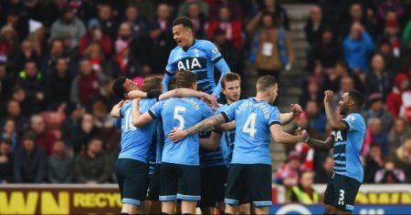 Gli Spurs festeggiano dopo il gol del vantaggio di Kane - FOTO: account ufficiale Twitter Premier League