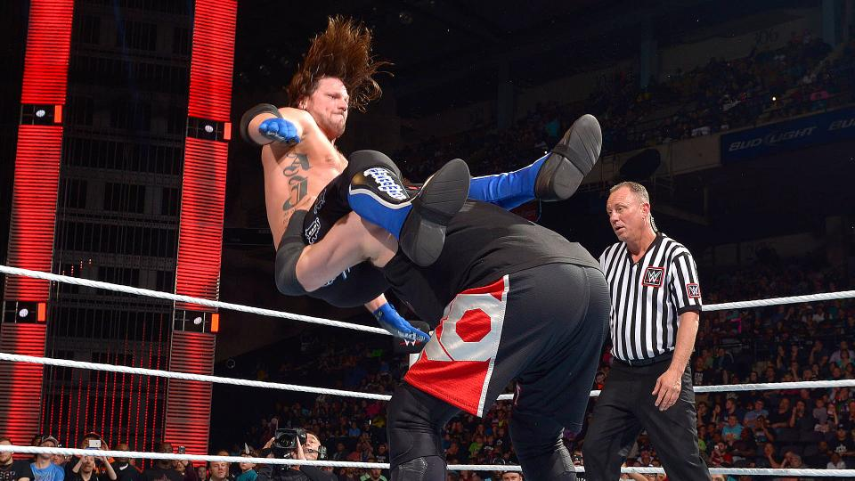La Pop-Up Powerbomb di Owens su Styles - FOTO: wwe.com