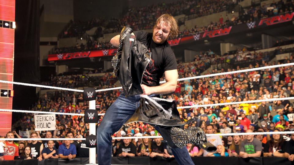 Dean Ambrose strappa la giacca di Jericho - FOTO: wwe.com
