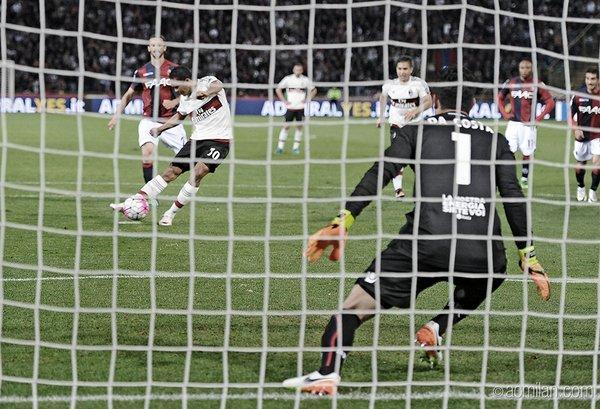 Bacca trasforma il rigore decisivo in Bologna-Milan - FOTO: acmilan.com
