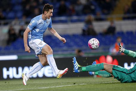 SS Lazio's Miroslav Klose scores the 1-0 during the Serie A soccer match between SS Lazio and FC Inter at the Olimpico stadium in Rome, Italy, 1 May 2016. ANSA/RICCARDO ANTIMIANI