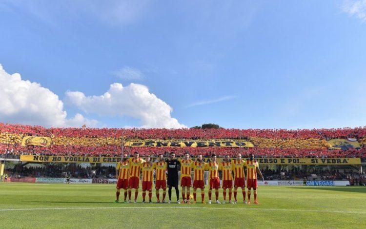 I giocatori del Benevento prima della decisiva sfida contro il Lecce. Fonte: calciogoal.it.