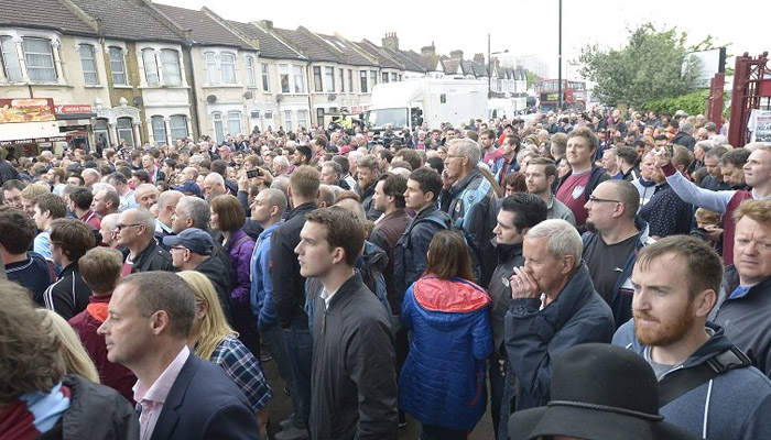 La folla fuori da Upton Park, West Ham-Manchester United - Fonte account Twitter ufficiale West Ham