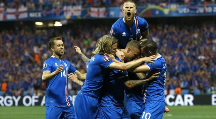 L'Islanda esulta per il gol del 2 a 1 contro l'Inghilterra / Fonte: Twitter @MailSport