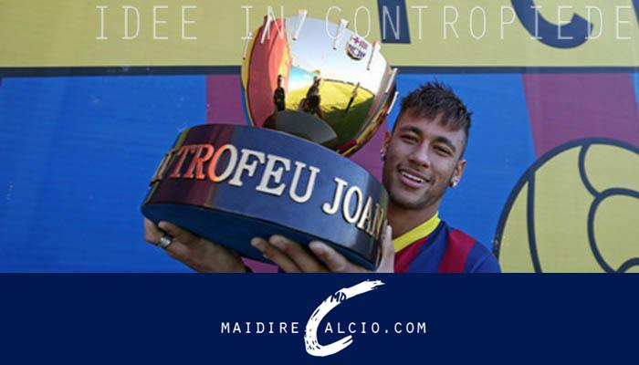 Il Trofeo Gamper tra le mani di Neymar