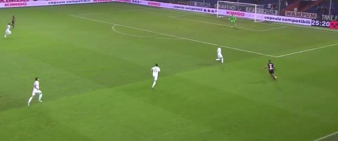 In fase offensiva Diego Laxalt attacca lo spazio come pochi. La difesa del Milan non è allineata bene, ma il Genoa non ne approfitta come si deve. Donnarumma esce e blocca, Laxalt però è già lì.