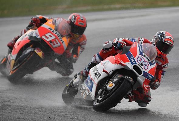 Dovizioso trionfa sotto la pioggia, Marquez cade - Fonte Twitter @501Awani