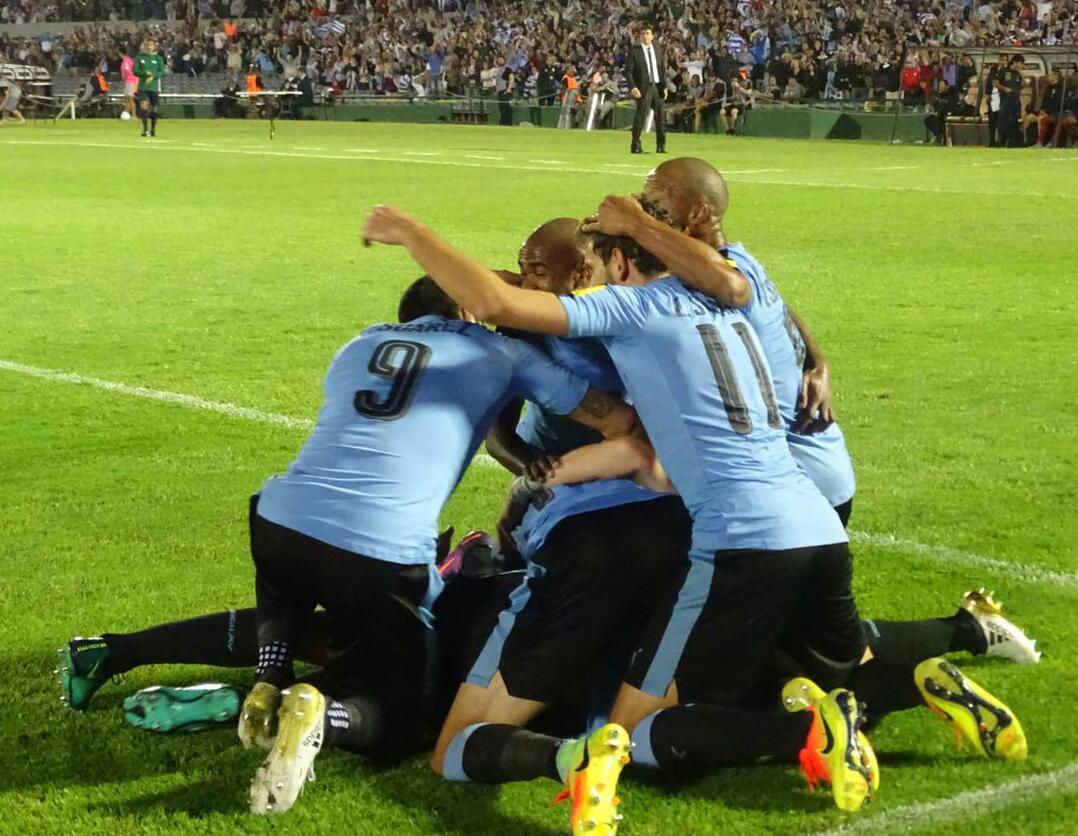Giocatori dell'Uruguay festeggiano il primo goal di Coates in nazionale - Fonte: Twitter @Uruguay