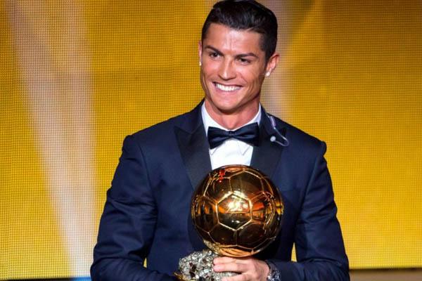 Cristiano Ronaldo con il Pallone d'Oro