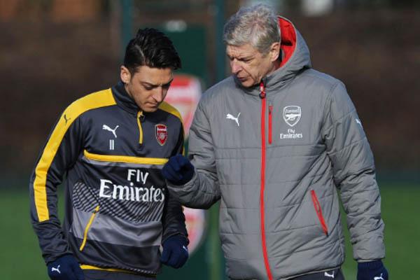 Arsene Wenger e Mesut Ozil, Arsenal - Fonte: arsenal Twitter