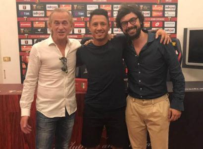 Gianluca Lapadula al momento della firma con il Genoa - Fonte: Lapadula Official